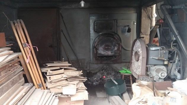 薪を燃やして湯を沸かしていた釜場