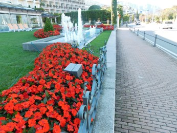 The hotel strip in Stresa is lined with colorful flowers, mostly impatiens.