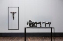 《렘브란트 부가티》전을 전시중인 알테 나쇼날갈레리 전시장 실내 모습. 왼쪽의 작품은 『십자가에 못밖힌 그리스도』오른쪽의 작품은 『다섯 마리의 노쇄한 암말들(일명 도살장 앞에 선 말들)』Photo: David von Becker
