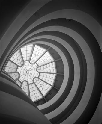 에즈라 스톨러의 대표작인 이 작품은 프랭크 로이드 라이트가 설계한 뉴욕의 명물 솔로몬 구겐하임 미술관의 실내 천정을 촬영한 것. 1959년 작. Silver gelatin pring. Ezra Stoller © Esto.