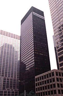 미스 반 데어 로헤, 필립 존슨, 루이스 칸 & 제이콥스 건축 사무소의 공동 설계로 1958년 완공된 시그램 빌딩. 현재도 뉴욕 파크애비뉴 375번지에 자리해 있는 이 철골구조 고층건물은 20세기 후반기 대도시에 보편화된 마천루 풍경을 선도한 예다.