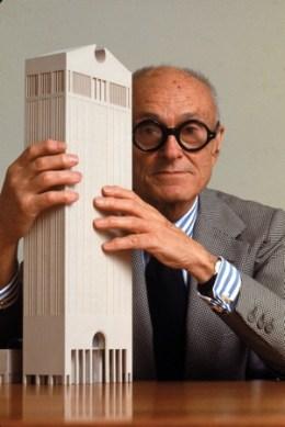 건축계와 여론의 찬반논란을 일으켰던 뉴욕 AT&T 사 사옥건물 모형과 함께 한 건축가 필립 존슨. 1978년 설계. 2007년 이후 AT&T 빌딩은 소니 플라자 빌딩이 되었다. Photo: Bill Pierce/Time & Life Pictures/Getty Images.
