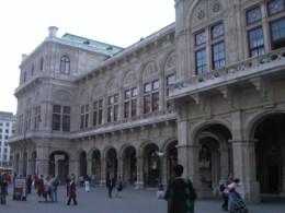 슈타츠오퍼 국립 오페라 극장의 건물 서쪽 광경. 빈 도심에서 가장 붐비는 쇼핑거리 케른트너슈트라쎄 거리상에 위치해 있으며, 이 극장 공연을 보려는 관객들이 당일 공연 직전까지도 매표소에서 입석표를 구하는 모습을 흔히 발견할 수 있다. 사진: 박진아.
