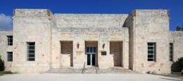 아라타 이소자키가 설계한 미국 마이애미 시에 있는 배스 미술관(Bass Museum of Art) 건물. 2001-2005년. Image: Bass Museum of Art.