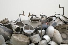 수보드 굽타 (Subodh Gupta) 『이것은 분수가 아니다 (This is not a Fountain)』 2011 - 2013년. Photo: Axel Schneider © MMK Frankfurt.