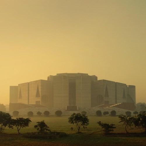 루이스 칸이 설계한 방글라데시 다카 소재 국회 건물. 1962년 시공 -83년 완공.