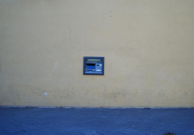 Obsluha bankomatu z auta