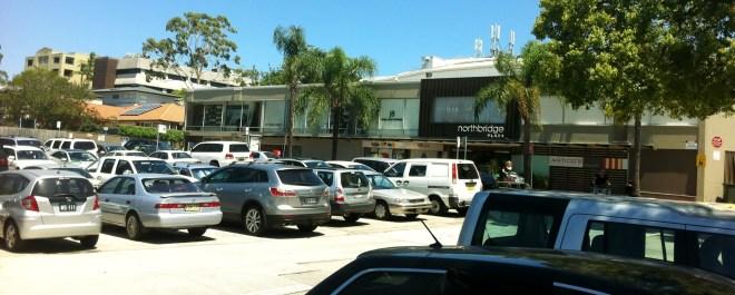 ที่จอดรถของศูนย์การค้า Northbridge Plaza carpark ที่เกิดเหตุ  (ภาพจากสมาคม Northbridge Progress Association)