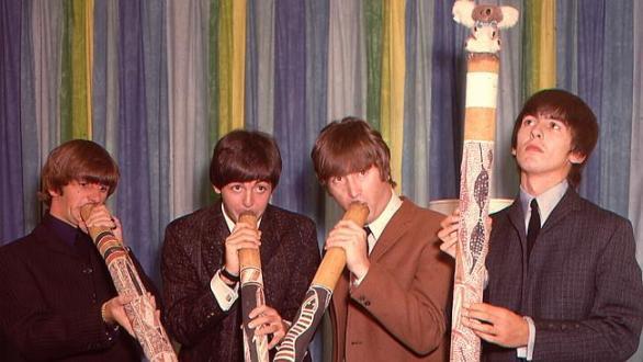 ภาพ เดอะบีทเทิลส์ครบชุดสี่เต่าทอง กำลังลองเป่าเครื่องดนตรีดิดเจอรีดู