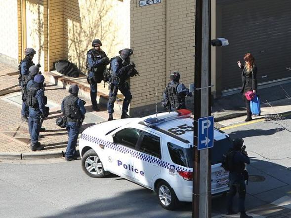 ตำรวจปิดทางเข้าออกที่ถนน King William St. ในขณะที่หญิงผู้ถูกจับเป็นตัวประกันรายที่สามถูกปล่อยออกมา
