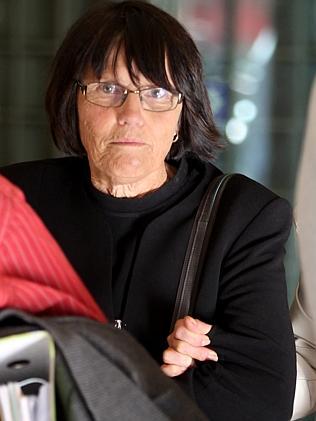 นาง Simone Ravell