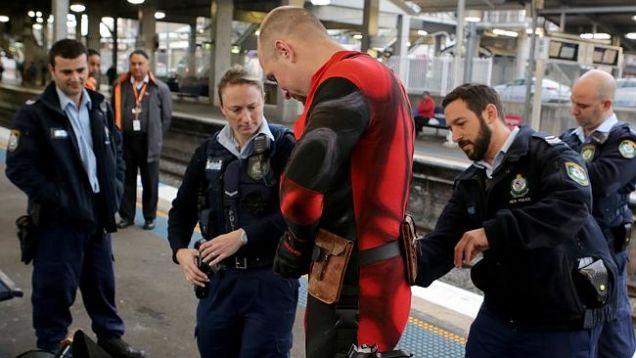 นาย Rueben Rose และตำรวจที่ชานชาลาสถานีรถไฟ Blacktown เวลา 7.34 น.