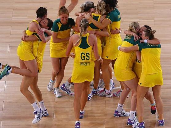 ทีมเพชร-ไดมอนด์แสดงความยินดีหลังจบการแข่งขันนัดชิงชนะเลิศเนตบอล