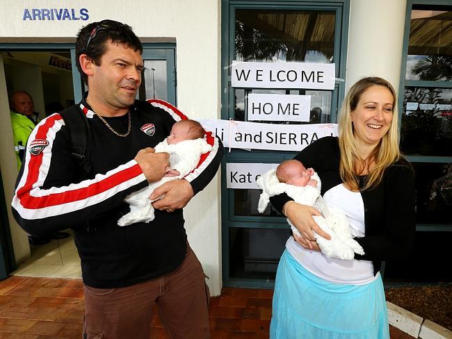 นาย Adam และนาง Kate Osborne และแฝด Sierra-Leone และ Mali Osborne ขณะมาถึงสนามบิน  Port Macquarie ภาพจาก The Telegraph