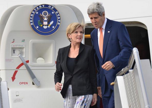 นาง Julie Bishop ร.มว.ต่างประเทศออสซี่ต้อนรับนาย John Kerry ถึงเครื่องบินที่สนามบินซิดนีย์เมื่อวันจันทร์ที่ 25 สิงหาคม 2557