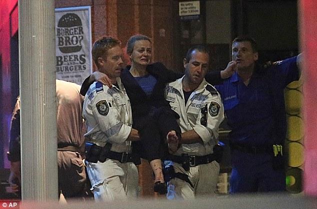 นาง Marcia Mikhael ผู้ถูกกระสุนแฉลบเข้าที่ขา ขณะถูกตำรวจอุ้มมาขึ้นรถพยาบาล