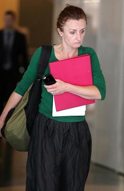 นาง  Monika Kent ขณะอยู่ภายนอกศาล Downing Centre