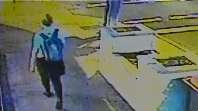 พยาบาลสาวถูกกล้อง CCTV จับได้ขณะเดินกลับบ้่านผ่านร้านค้า