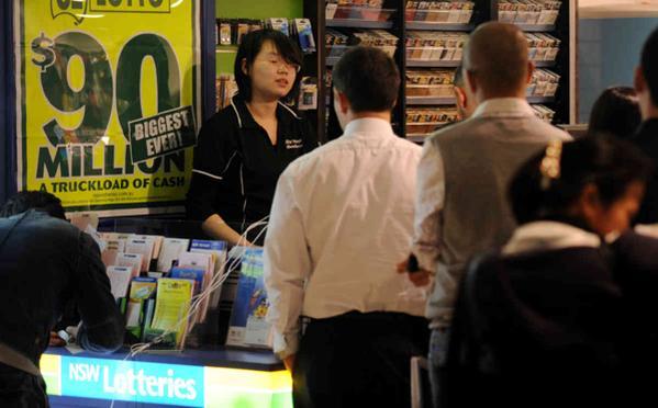 ลูกค้ากำลังเข้าแถวซื้อล็อตโตที่นิวส์เอเยนซี ร้านขายหนังสือพิมพ์แต่นิวส์เอเยนซี่ทุกแห่งกลับมีรายได้หลักจากการขายหวย (ภาพจากทีวี Sky news