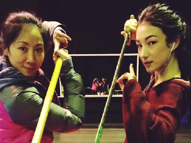 Natasha Liu Bordizzo (ขวา) ในระหว่างถ่ายทำภาพยนตร์ Crouching Tiger Hidden Dragon II