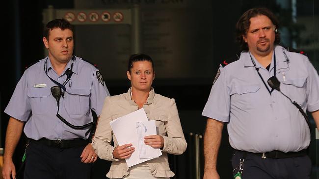 นาง Chantelle Newbery ขณะออกจากศาลฎีกาในวันที่ 27 พฤษภาคม : ภาพชั่วคราวจากนสพ. the Courier Mail