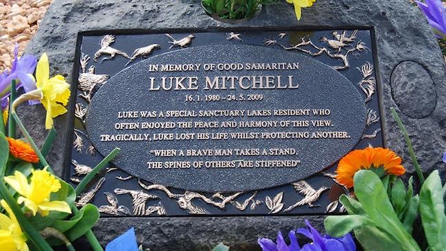 หลุงฝังศพของ Luke Mitchell เชฟร้านอาหารในนครเมลเบิร์น : ภาพจากสำนักข่าว SBS 29-year-old Luke Mitchell from Melbourne who died after he was attacked while trying to save a man from being assaulted in Melbourne on May 24. Mr Mitchell's family called for stronger police action on street violence. (AAP Image/Supplied) NO ARCHIVING, EDITORIAL USE ONLY