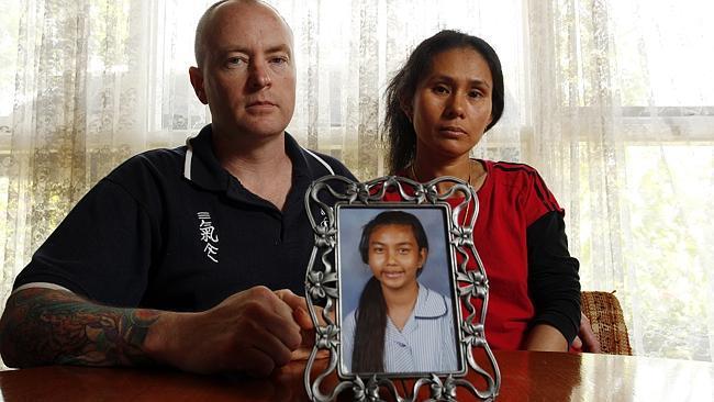 ภาพ นาย Fred และนาง Vanidda Pattison ยังหวังที่จะเห็นน้องบัง-สิริยากร ศิริบูรณ์กลับบ้านอย่างมีชีวิต : ภาพจากนสพ. Herald Sun