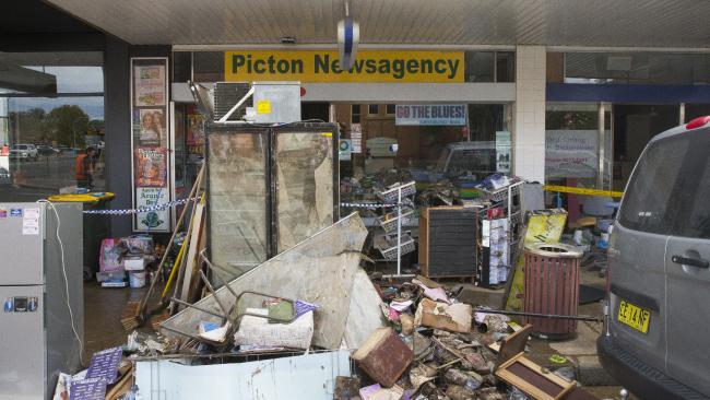 Picton Newsagency ร้านขายหนังสือพิมพ์และลอตเตอรีกับกองขยะที่ธรรมชาติขนมากองให้ที่หน้าร้าน หนนี้ถือว่าถูกหวยเข้าอย่างจัง : ภาพชั่วคราวจากนสพ. the Telegraph