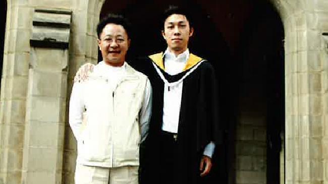นาย Boliang Mai ถ่ายรูปกับ Michael บุตรชายหัวแก้วหัวแหวนในชุดปริญญาที่ Old Quad ม.เมลเบิร์น : ภาพจากนสพ. The Australian ไม่ทราบต้นฉบับ