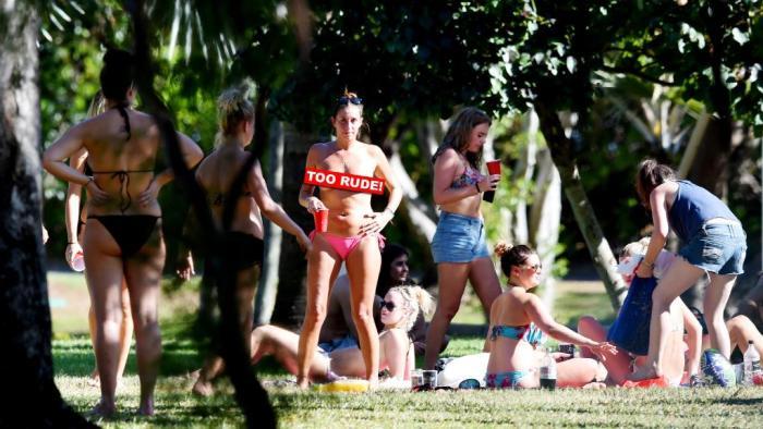 สาว ๆ แบคแพคเกอร์ที่ East Point สามารถมองเห็นได้จากสนามเด็กเล่น : ภาพชั่วคราวจากนสพ. NT News