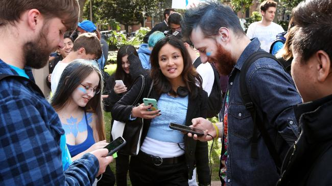 สาวก Pokemon Go มักจะไปกันเป็นกลุ่มในการออกตามล่า Pokemon : ภาพชั่วคราวจากนสพ. the Telegraph
