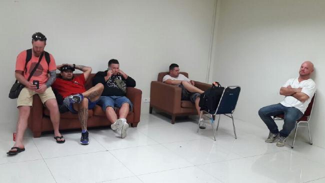 กลุ่มเพื่อนห้าคนนอกเหนือจากนาย Michael Matthews ถูกกักกันอยู่ที่สนามบิน Denpasar : ภาพจาก news.com.au