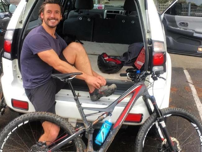 นาย Gareth Clear กับรถจักรยานเสือภูเขาของเขาก่อนเกิดอุบัติเหตุ : ภาพชั่วคราวจากนสพ. the Telegraph