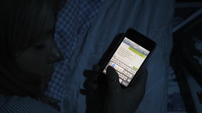 มือถือทำให้เด็กไม่ยอมนอน : ภาพจากนสพ. Herald Sun