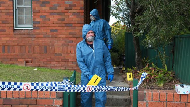 เจ้าหน้าที่พิสูจน์หลักฐานเข้าตรวจบ้านเกิดเหตุที่ย่าน West Ryde : ภาพชั่วคราวจากนสพ. the Telegraph