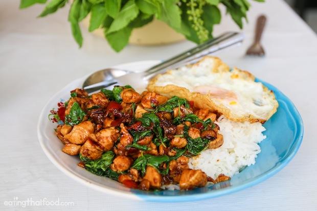 ข้าวกะเพราะไข่ดาว ภาพนี้ไม่เกี่ยวกับอันดับ Good Food Guide เพราะเป็นภาพจากประเทศไทย จิงโจ้นิวส์ถือวิสาสะเอาภาพมาจาก eatingthaifood.com เพื่อบอกให้ทราบว่าเหนือฟ้ายังมีอาหารสิ้นคิดที่แสนอร่อยรออยู่ครับ