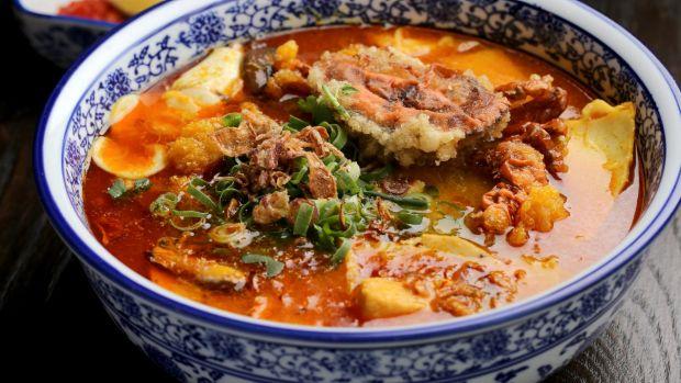Banh canh cua (soft-shell crab noodle soup) : ภาพจาก goodfood.com.au