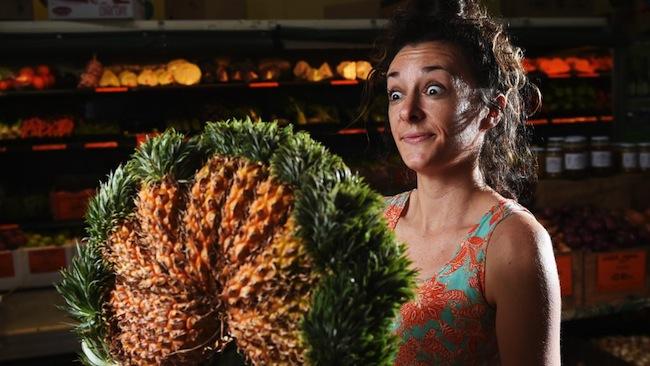 นาง Ayla Plachotny ผู้จัดการร้าน Greenies Real Food ร้านขายผลไม้ เกษตรอินทรีย์กับเจ้าสับปะรด 10 หัว