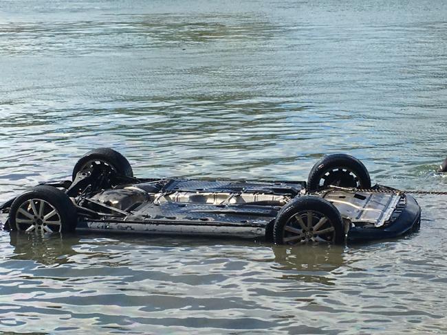 รถเก๋งโฟล์กสวาเกนของสาววัย 18 ปีขณะถูกลากจูงขึ้นจากน้ำ : ภาพจากนสพ. the Sunday Telegraph ถ่ายโดยนาย Stuart Cooper