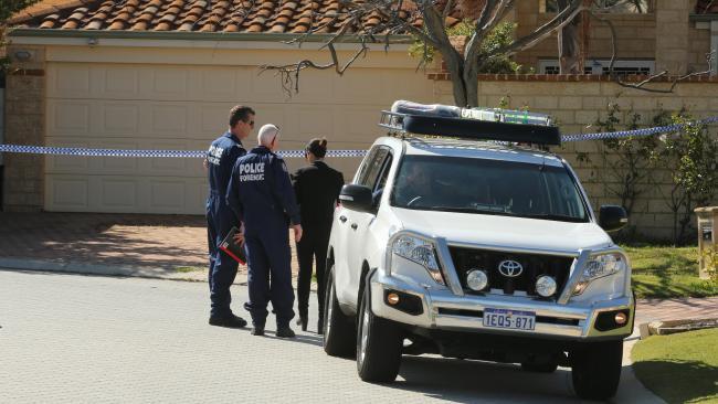ตำรวจพิสูจน์หลักฐานที่บ้านของผู้ตายที่ถนน Meath Mews ย่าน Mosman Park : ภาพชั่วคราวจากนสพ. the Australian