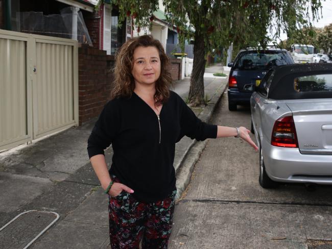 นาง Katrina Gulabovski กับรถโฮลเดนแอสตราสีเงินจะเห็นว่าจอดไม่ชิดขอบทางสามารถปรับได้อีก 1 กระทงความ : ภาพชั่วคราวจากนสพ. Inner West Courier Inner City