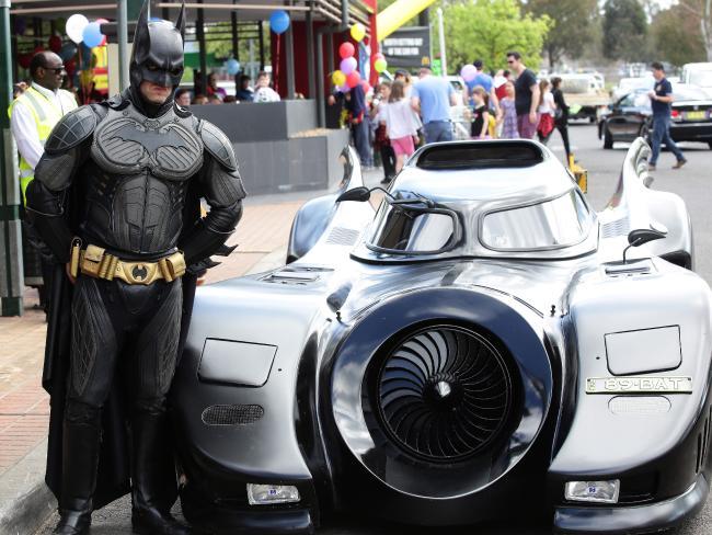 นาย Zac Mihajlovic กับรถ Batmobile ของเขา : ภาพจากนสพ. The Daily Telegraph