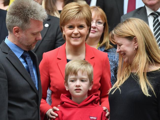 นาง Nicola Sturgeon นายกรัฐมนตรีของสกอตแลนด์ (ชุดแดง) แสดงความยินดีกับครอบครัว Brain ประกอบด้วย Gregg (ขวา), Kathryn (ซ้าย) และ Lachlan (กลาง) : ภาพจากนสพ. the Sun