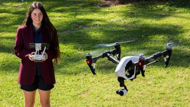 น.ส. Jamila Ashton นักเรียนบังคับเครื่องโดรนของโรงเรียน Callaghan College: ภาพชั่วคราวจากนสพ. the Telegraph