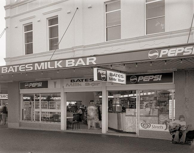 ร้าน Bates Milk Bar ในอดีต : ภาพจากนสพ. the Telegraph