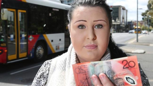 นาง Chelsea Pimm ผู้ถูกปฏิเสธไม่ให้ขึ้นรถประจำทางเพราะเธอจ่ายด้วยธนบัตร 20 เหรียญ : ภาพชั่วคราวจากสนพ. The Advertiser