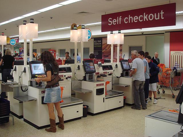 จุดชำระค่าสินค้าด้วยตัวเองหลายแห่งยังไม่รับธนบัตร 5 เหรียญแบบใหม่ : ภาพจาก wikimedia