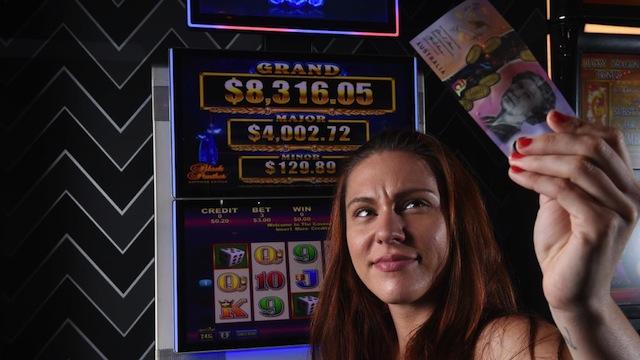 เครื่องเล่นโป๊กเกอร์แมชชินไม่รับธนบัตร 5 เหรียญแบบใหม่ : ภาพชั่วคราวจากนสพ. NT News