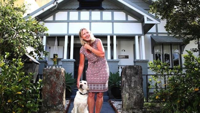 ตัวบ้านของนาง Julie Maxwell ที่ Narrabeen ยกให้ฟรีโดยไม่คิดมูลค่า : ภาพชั่วคราวจากนสพ. The Telegraph