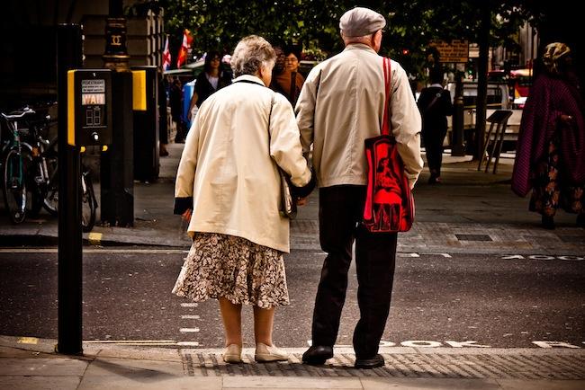ประชากรอาวุโสในรัฐเซาท์ออสเตรเลียขณะข้ามถนน : ภาพจาก governmentnews.com.au